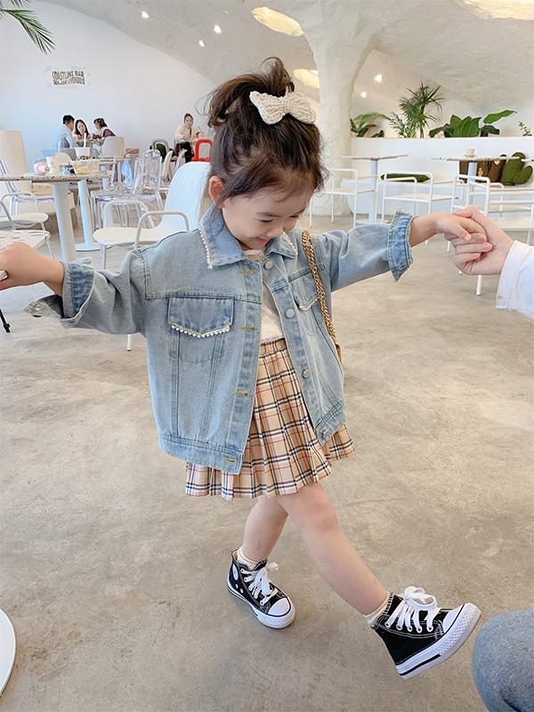 童图童装 女童牛仔系列外套内搭什么,牛仔外套搭配百褶裙好看吗